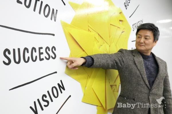 코리아벅스바이오 김대경 CEO가 'SUCCEESS'를 가리키며 성공에 대한 자신감을 내비치고 있다.